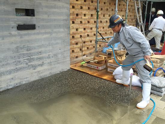 しばらくしてから、砂利表面のセメントを洗い出す