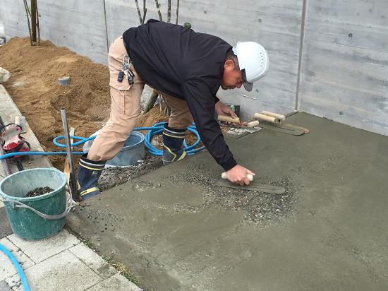 洗い出し作業は、まず砂利をモルタル下地に沈めこみます