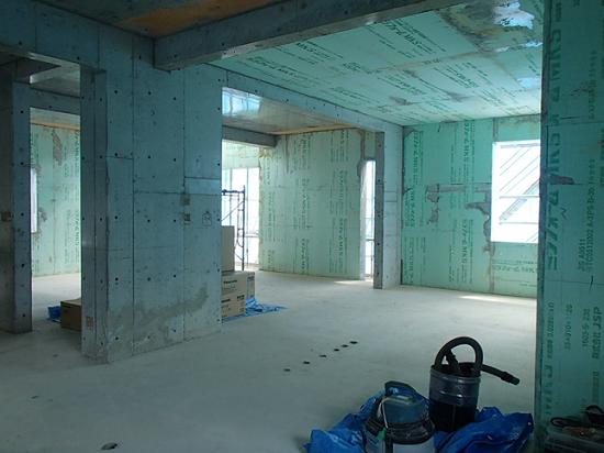 薄緑色が断熱材。壁と天井面を隙間なく覆っている。
