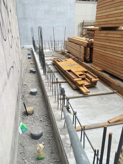 ライフライン(水道やガス、電気)や排水管を建物の裏側
