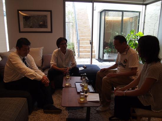 左側が弊社社長の藪内、中央が山﨑先生、右がコーディネーターとインタビュアーのお二人