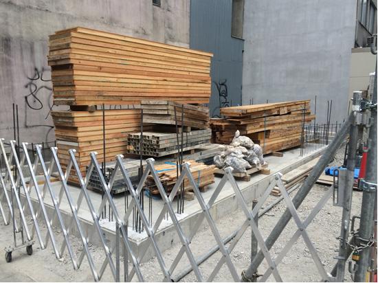 1階壁に用いる型枠材料が現場に搬入