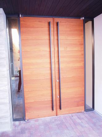 玄関扉はアプローチの天井高さに合わせて2m55cm