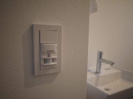 トイレ・玄関には人観「センサー付き」スイッチ