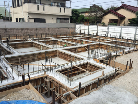 基礎のコンクリート打設は、基礎底(底版)と立ち上がりの2回に分けておこないます