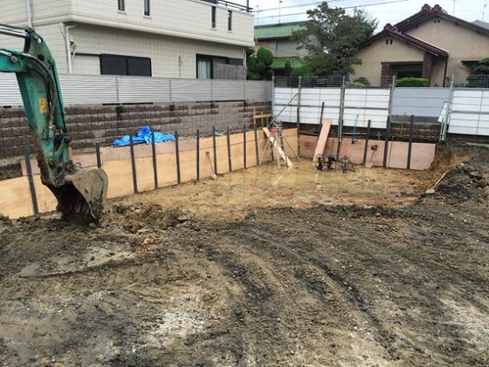 建物の周囲に矢板(土留め)施工してから土を掘削する「根切り」.
