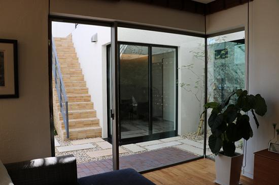鉄筋コンクリートモデルハウス「RCギャラリー西宮」の窓はアルミサッシ①