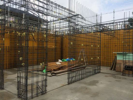 1階外壁側型枠-建込後、壁の配筋工事