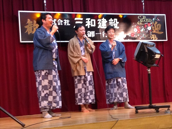 社長 (左)と同期の3人で『乾杯』。