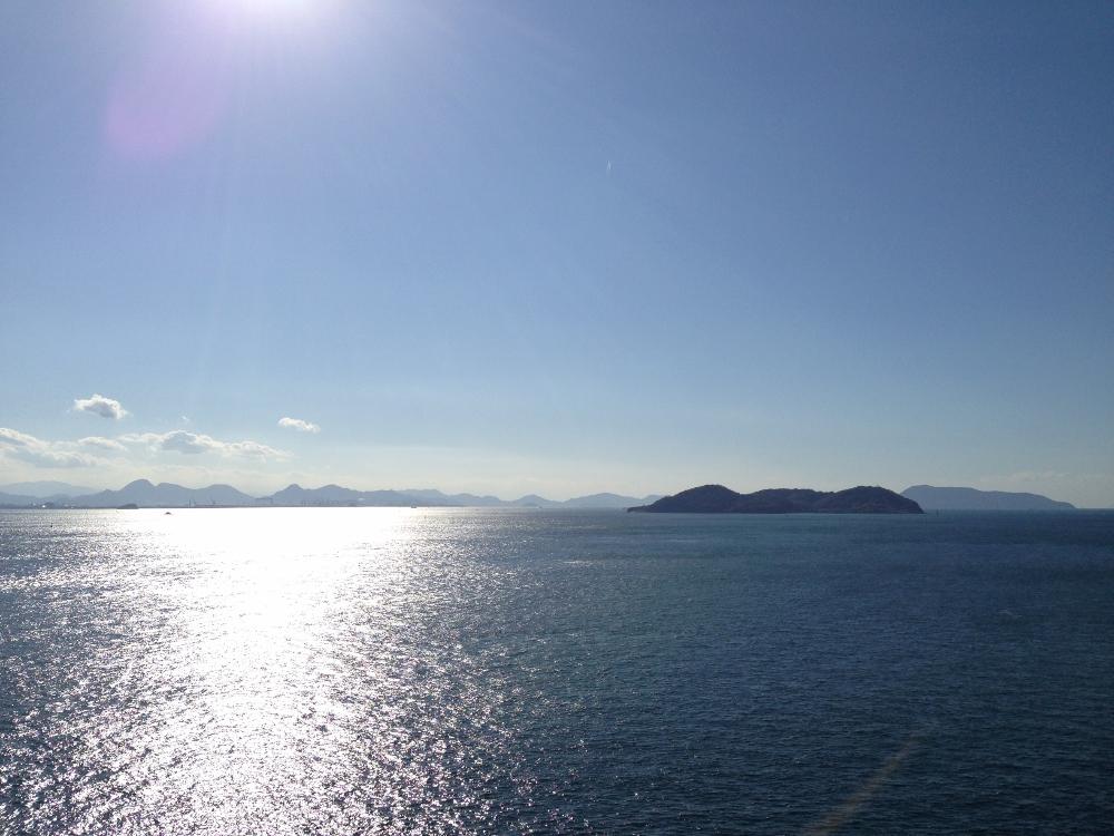 陽光にきらめく瀬戸内の海