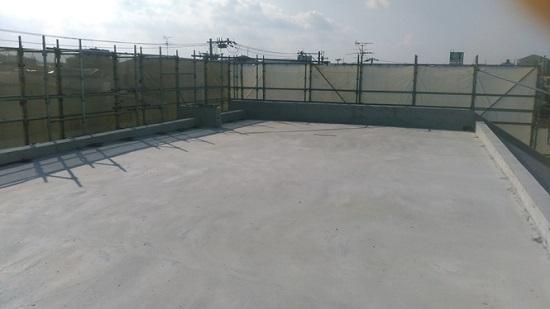 堺市内RC造医院現場リポート 屋上、この後防水施工