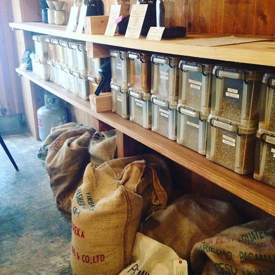 店内で丁寧で自家焙煎された豆で淹れる珈琲はいつも新鮮で香り高く