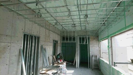 現在はすでに取り外され、内装工事に取り掛かっています。