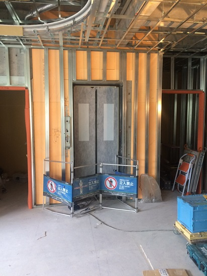 エレベーターの扉も取り付けられ内部のカゴの設置
