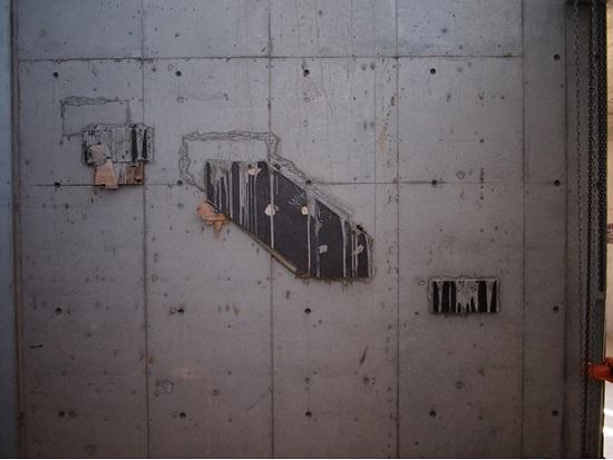 あらかじめコンクリート打設前に鉄骨プレートを型枠内にセット