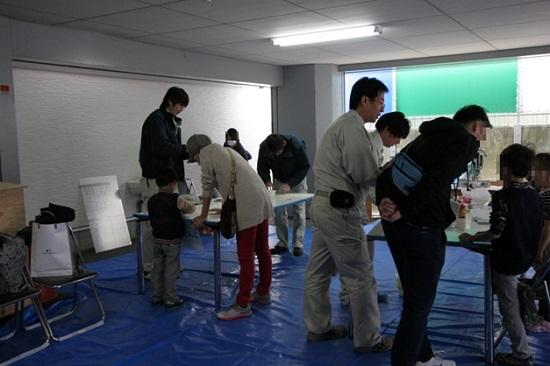 三和建設本社の駐車場では貯金箱や椅子を作る木工教室が開催