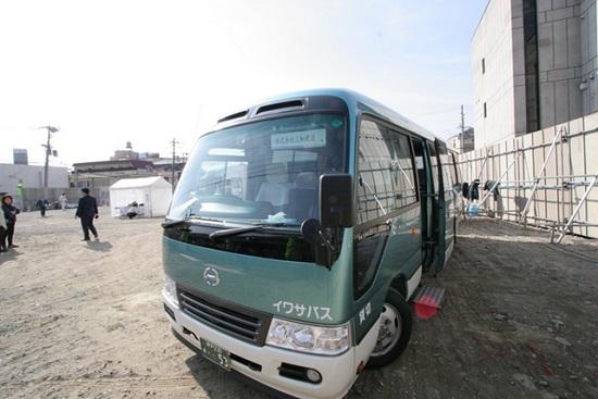 別館跡地にはバスが到着