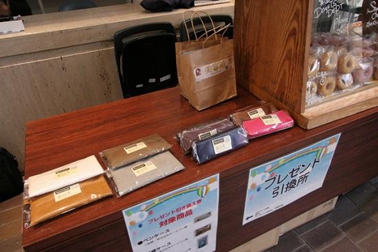 引換券と交換に、ペンケースや小物入れのプレゼントも。