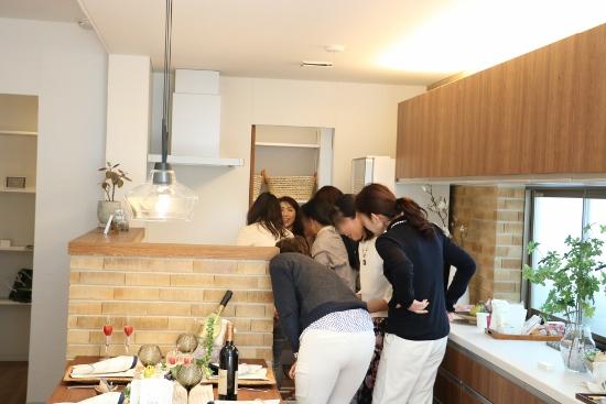 柴村さんがコーディネートされたモデルハウスのキッチンにみなさんが集まります。