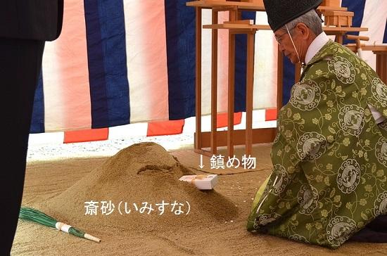 設計者が斎鎌(イミカマ)で斎砂の草を刈り取り、次に施主が斎鍬(イミクワ)で耕します