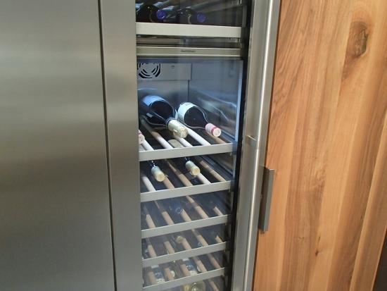 キッチンの背面収納に組み込まれたワインセラー