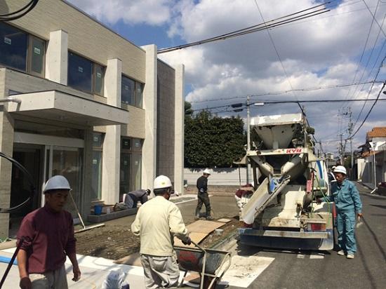 駐車場の仕上げコンクリートとアプローチ、及び駐輪場の下地コンクリートの打設状況