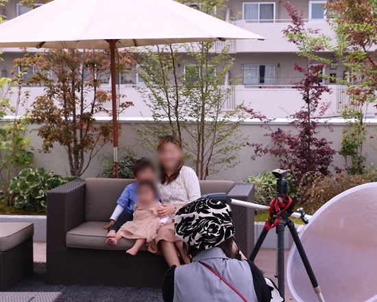 新緑が映えるモデルハウスの中庭や屋上でポージング②