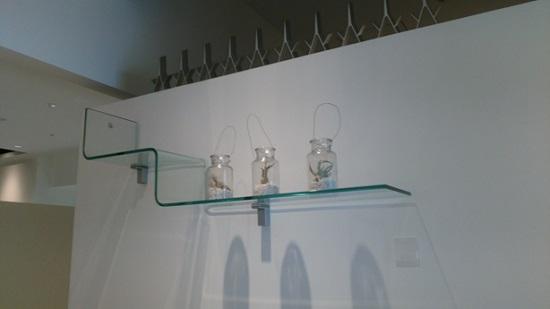 ガラスの棚や小物なども展示