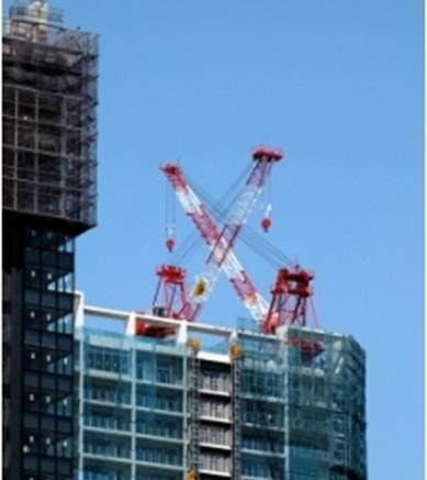 タワークレーンを使って鉄筋はもちろん、多くの建築材料を上階へ運ぶのです
