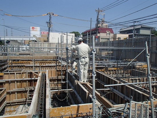 基礎や地中梁の側面に型枠を設けます