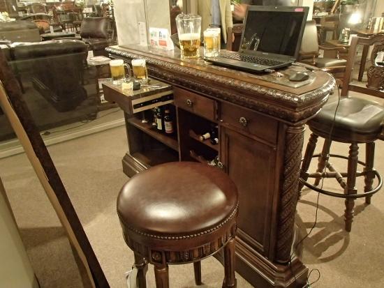 このバーカウンター、なんと重さが200キロ(ピアノ程度)