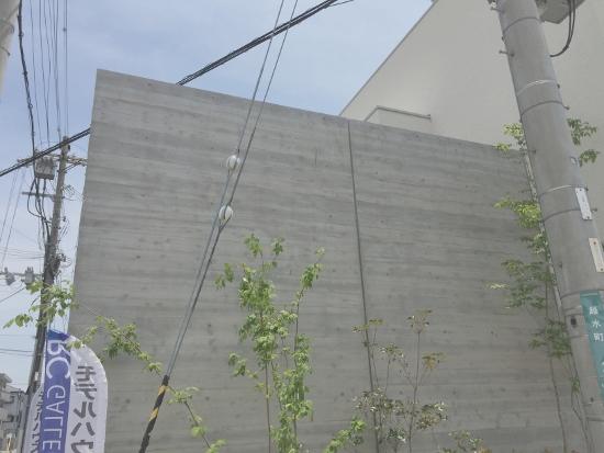 国道に面する部分には杉板型枠を使用したコンクリート打ちっ放し仕上げ