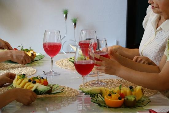 美しい赤紫色のジュースで、テーブルがさらに華やかに