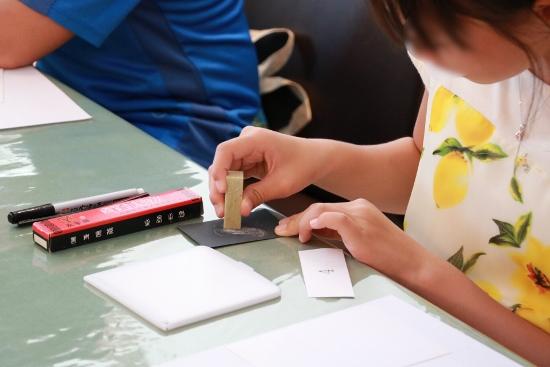 はじめに印材の表面を紙ヤスリで平滑にします