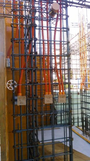 コンクリート打設前に空配管を先行して壁内に施工