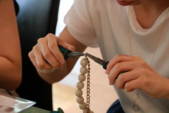 ボールパーツをワイヤーに通し、端部をペンチで加工する作業①
