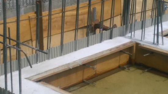 """写真に写っている波状の板は、""""止水板""""といいます"""