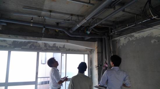 天井の配管は必要な配管、使われていない配管と順に調べます