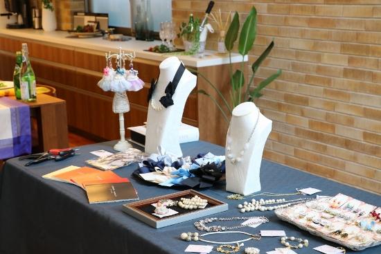 正面のテーブルには並木さんが作られたハンドメイドアクセサリーがずらり