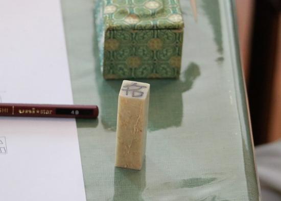 鏡に写った逆さまの文字を、丁寧に書き写します③