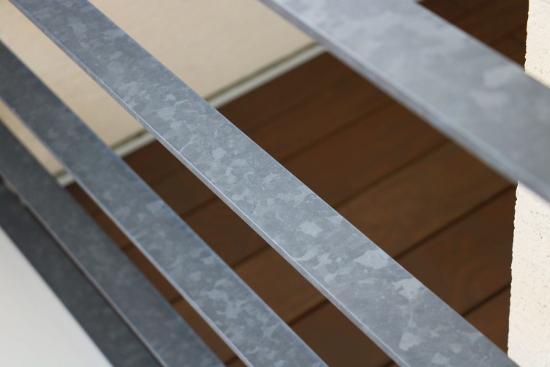 「亜鉛メッキリン酸処理」加工された手摺