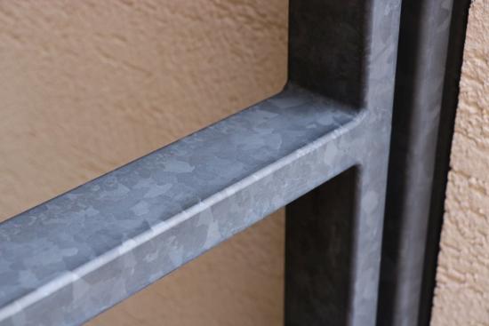 「亜鉛メッキリン酸処理」加工された門扉