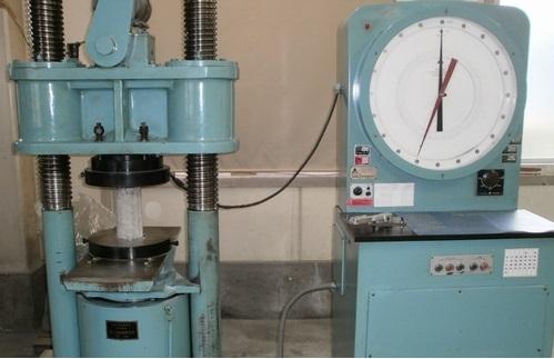 圧縮強度試験はテストピースを試験機にかけておこないます