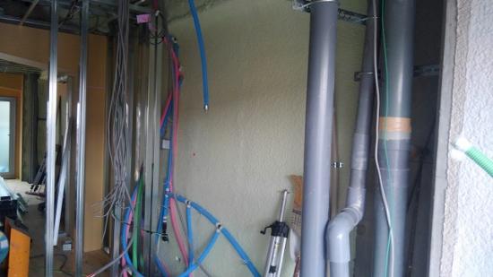 壁には断熱ウレタン吹付け工事も終了、軽鉄による間仕切り工事開始
