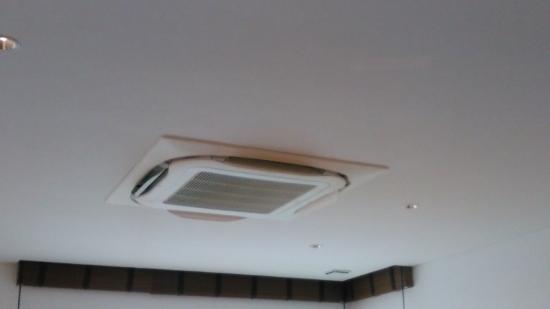 大空間では意匠的にも容量的にも天井カセット型エアコンが人気