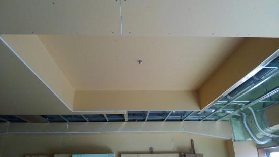 天井にはエアコン用の先行配管