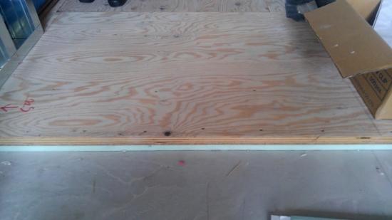 床には当社標準仕様の断熱材と構造用合板を貼り合わせた断熱複合板