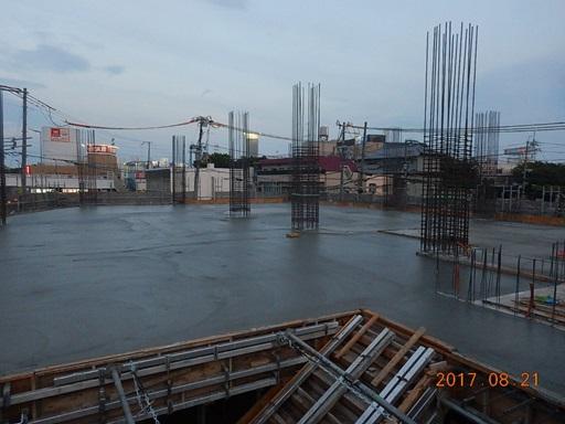 打設後、コンクリート表面をコテで押さえこの日の作業は終了