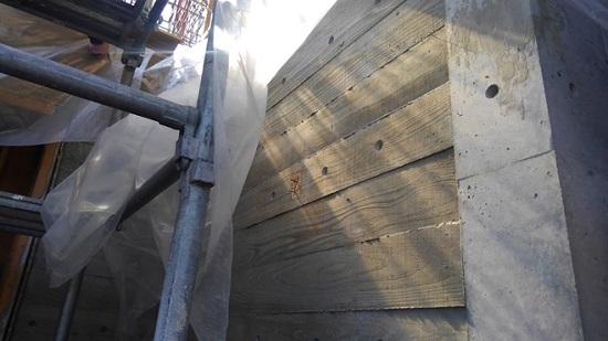 玄関ポーチの周りは杉板型枠のコンクリート打ちっ放し仕上げ