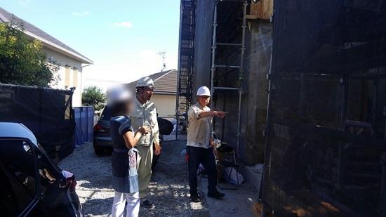 設計監理の先生と現場監督が施工状況を説明